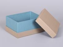 <p><strong><em>Материал:&nbsp;</em></strong><em>картон, дизайнерска бумага (имитлин:крафт 0029, бирюзовый 0026), с внутренней оклейкой</em></p> <p><em><strong>Технология:</strong>&nbsp;вырубка картона, сборка, каширование бумагой</em></p> <p><em><strong>Размер, мм.:</strong>&nbsp;190х140х100&nbsp;</em></p> <p><em><strong>Актуальность цен уточняйте у менеджеров компании.</strong></em></p> <p>&nbsp;</p>