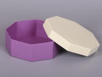 <p><strong><em>Материал:&nbsp;</em></strong><em>картон, дизайнерская бумага имитлин (фиолетовый 0024, бледно-желтый 0003)</em></p> <p><em><strong>Технология:</strong>&nbsp;вырубка картона, сборка, каширование бумагой</em></p> <p><em><strong>Размер, мм.:</strong>&nbsp;200 х 220 х 70</em></p> <p><em><strong>Актуальность цен уточняйте у менеджеров компании.</strong></em></p> <p>&nbsp;</p>