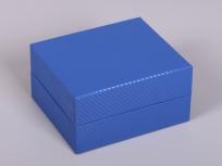 <p><strong><em>Материал:&nbsp;</em></strong><em>картон, пленка ПВХ под карбон</em></p> <p><em><strong>Технология:</strong>&nbsp;вырубка картона, сборка, оклейка пленкой под карбон</em></p> <p><em><strong>Размер, мм.:</strong>&nbsp;170 х 140 х 60</em></p> <p><em><strong>Актуальность цен уточняйте у менеджеров компании.</strong></em></p> <p>&nbsp;</p>