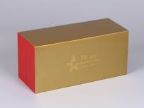 <p><strong><em>Материал:&nbsp;</em></strong><em>картон, пленка ПВХ под карбон, дизайнерский картон под золото</em></p> <p><em><strong>Технология:</strong>&nbsp;вырубка картона, сборка, оклейка пленкой под карбон, тиснение под золото</em></p> <p><em><strong>Актуальность цен уточняйте у менеджеров компании.</strong></em></p> <p>&nbsp;</p>