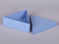 <p><strong><em>Материал:&nbsp;</em></strong><em>картон, дизайнерска бумага</em></p> <p><em><strong>Технология:</strong>&nbsp;вырубка картона, сборка, каширование бумагой</em></p> <p><em><strong>Размер, мм.:</strong>&nbsp;200 х 180 х 70</em></p> <p><em><strong>Актуальность цен уточняйте у менеджеров компании.</strong></em></p> <p>&nbsp;</p>