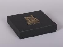 <p><strong><em>Материал:&nbsp;</em></strong><em>картон, дизайнерска бумага</em></p> <p><em><strong>Технология:</strong>&nbsp;вырубка картона, сборка, каширование бумагой, нанесение шелкография под золото</em></p> <p><em><strong>Размер, мм.:</strong>&nbsp;240 х 210 х 50&nbsp;</em></p> <p><em><strong>Актуальность цен уточняйте у менеджеров компании.</strong></em></p> <p>&nbsp;</p>