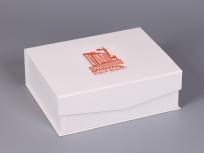 <p><strong><em>Материал:&nbsp;</em></strong><em>картон, мундиор</em></p> <p><em><strong>Технология:</strong>&nbsp;вырубка картона, сборка, каширование мундиором</em></p> <p><em><strong>Размер, мм.:</strong>&nbsp;300 х 240 х 100</em></p> <p><em><strong>Актуальность цен уточняйте у менеджеров компании.</strong></em></p> <p>&nbsp;</p>