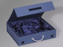 <p><strong><em>Материал:&nbsp;</em></strong><em>картон, дизайнерска бумага имитлин (синий 0011), шнур под серебро</em></p> <p><em><strong>Технология:</strong>&nbsp;вырубка картона, сборка, каширование бумагой, монтаж ручки, нанесение шелкография</em></p> <p><em><strong>Размер, мм.:</strong>&nbsp;370 х 300 х 85</em></p> <p><em><strong>Актуальность цен уточняйте у менеджеров компании.</strong></em></p> <p>&nbsp;</p>