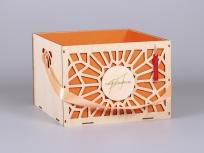 """<p><strong><em>Материал:</em></strong><em>фанера высокого качества, дизайнерская бумага эфалин (оранжевый апельсин 151), лента атласная, рисунок СОЛНЕЧНЫЙ</em><em><br /></em></p> <p><em><strong>Технология:</strong>лазерная резка и гравировка, ручная сборка и оклейка</em></p> <p><em><strong>Размер, мм.:</strong>250х250х180</em></p> <p><em><strong><em>Примерная стоимость, руб.:</em></strong><em>от<em><em>390<em><em><em><em>(без ручек, без гравировки, шильдов и бирок)</em></em></em></em></em></em></em></em></p> <p><em>актуальность цен уточняйте у менеджеров компании</em></p> <p><em><em><em><em><em><em><em><em><em><em><strong><em><em>БЛАНК ЗАКАЗА И ЦЕНЫ<a href=""""http://estetis.ru/files/doc/Blank_zakaza.xlsx"""" target=""""_blank"""">СКАЧАТЬ</a></em></em></strong></em></em></em></em></em></em></em></em></em></em></p>"""