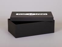 <p><strong><em>Материал:</em></strong><em>картон, бумага дизайнерская имитлин (черный 0016)</em></p> <p><em><strong>Технология:</strong>вырубка картона, каширование бумагой</em></p> <p><em><strong>Размер, мм.:</strong>340 х 180 х 115</em></p> <p><em><strong>Стоимость, руб.:</strong></em></p> <p>с внутренней оклейкой: от 503 р. (без нанесения)</p> <p>без внутренней оклейки: от 394 р. (без нанесения)<em><strong><br /></strong></em></p> <p><em>актуальность цен уточняйте у менеджеров компании</em></p>