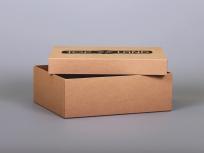 <p><strong><em>Материал:&nbsp;</em></strong><em>картон, крафтовая бумага&nbsp;</em></p> <p><em><strong>Технология:</strong>&nbsp;вырубка картона, каширование бумагой</em></p> <p><em><strong>Размер, мм.:</strong>&nbsp;300 х 250 х 100&nbsp;</em></p> <p><em><strong>Актуальность цен уточняйте у менеджеров компании.</strong></em></p> <p>&nbsp;</p>