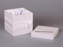 """<p><strong><em>Материал:</em></strong><em>картон, дизайнерская бумага сирио (белоснежный 1102), оформление ажурной и атласной лентой, тканевый ложемент</em></p> <p><em><strong>Технология:</strong>вырубка картона, сборка, каширование дизайнерской бумагой</em></p> <p><em><strong>Размер, мм.:</strong>200х200х200</em></p> <p><em><strong>Примерная стоимость, руб.: 712</strong></em> (с кружевом, атласной лентой и ложементом)</p> <p><em>актуальность цен уточняйте у менеджеров компании</em></p> <p><span><strong><em><a title=""""KP na kvadratnie korobki"""" href=""""http://estetis.ru/files/doc/KP%20na%20kvadratnie%20korobki.pdf"""" target=""""_blank"""">Подробно про квадратные коробки для цветов</a></em></strong></span></p>"""