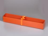 <p><em><strong>Размер, мм.:</strong>&nbsp;660х115х80</em></p> <p><strong><em>Материал:&nbsp;</em></strong><em>гофро</em><em>картон, дизайнерская бумага имитлин (оранжевый апельсин 151), пластик ПЭТ, лента атласная</em></p> <p><em><strong>Технология:</strong>&nbsp;вырубка картона и пластика, сборка, каширование дизайнерской бумагой</em></p> <p><em><em><strong>Актуальность цен уточняйте у менеджеров компании.</strong></em></em></p>