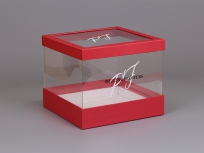 <p><strong><em>Материал:&nbsp;</em></strong><em>картон, дизайнерская бумага маджестик императорский красный, ПЭТ</em></p> <p><em><strong>Технология:</strong>&nbsp;вырубка картона и ПЭТ, каширование дизайнерской бумагой, сборка</em></p> <p><em><strong>Размер, мм.:</strong>&nbsp;230х230 h190 мм</em></p> <p><em><strong>Актуальность цен уточняйте у менеджеров компании.</strong></em></p>
