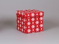 """<p><strong><em>Материал:&nbsp;</em></strong><em>картон, дизайнерская бумага Имитлин (красный 013) с новогодним рисунком """"Снежинки""""</em></p> <p><strong><em>Технология:</em></strong><em>&nbsp;вырубка картона, каширование бумагой, нанесение (белый), сборка</em></p> <p><strong><em>Размер, мм.:</em></strong><em>&nbsp;200х200х200</em></p> <p><em><strong>Актуальность цен уточняйте у менеджеров компании.</strong></em></p> <p>&nbsp;</p>"""