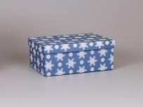 """<p><strong><em>Материал:</em></strong><em>картон, дизайнерская бумага Имитлин (синий 105) с новогодним рисунком """"Снежинки""""</em></p> <p><strong><em>Технология:</em></strong><em>вырубка картона, каширование бумагой, нанесение (белый), сборка</em></p> <p><strong><em>Размер, мм.:</em></strong><em>300х200х120</em></p> <p><strong><em>Примерная стоимость, руб.: </em></strong><em>409</em><em><br /></em></p> <p><em>актуальность цен уточняйте у менеджеров компании.</em></p>"""