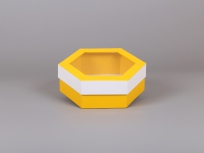 <p><strong><em>Материал:&nbsp;</em></strong><em>картон, пленка оракал (желтый 021, белый глянцевый 010)</em></p> <p><em><strong>Технология:</strong>&nbsp;вырубка картона, сборка, каширование пленкой</em></p> <p><em><strong>Размер, мм.:</strong>&nbsp;240х200 h80</em></p> <p><em><strong>Актуальность цен уточняйте у менеджеров компании.</strong></em></p> <p>&nbsp;</p>