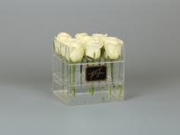 <p>Акриловая коробка с розами</p>