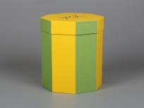 <p><em><strong><em><strong>Это вариант коробки. Мы изготовим любые коробки по Вашим требованиям.</strong></em></strong></em></p> <p><em><strong>Материал:</strong></em><em>картон, бумага дизайнерская эфалин (жёлтый 125, зелёное яблоко 152)</em></p> <p><strong><em>Технология:</em></strong><em>вырубка картона, каширование бумагой, монтаж ручек, нанесение, тиснение</em></p> <p><strong><em>Размер, мм.:</em></strong><em>d200 h250 мм</em></p> <p><strong><em>Примерная стоимость, руб.:</em></strong><em>от <strong>556</strong> (без нанесений и ручек)</em></p> <p><em>актуальность цен уточняйте у менеджеров компании</em></p>