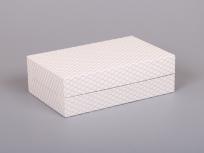 <p><em><strong>Это вариант коробки. Мы изготовим любые коробки по Вашим требованиям.</strong></em></p> <p><em><strong>Материал:</strong></em><em>картон, дизайнерская бумага с узором</em></p> <p><strong><em>Технология:</em></strong><em>вырубка картона, каширование бумагой</em></p> <p><strong><em>Размер, мм.:</em></strong><em>290х180 h90 мм</em></p> <p><strong><em>Примерная стоимость, руб.:</em></strong><em>от <strong>733</strong> (с ложементом)</em></p> <p><em>актуальность цен и наличие фурнитуры уточняйте у менеджеров компании</em></p>