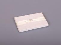 <p><em><strong>Это вариант коробки. Мы изготовим любые коробки по Вашим требованиям.</strong></em></p> <p><em><strong>Материал:</strong></em><em>картон, дизайнерская бумага с узором</em></p> <p><strong><em>Технология:</em></strong><em>вырубка картона, каширование бумагой, монтаж лент и фурнитуры</em></p> <p><strong><em>Размер, мм.:</em></strong><em>145х95 h14 мм</em></p> <p><strong><em>Примерная стоимость, руб.:</em></strong><em>от <strong>316</strong> (с фурнитурой и лентой)</em></p> <p><em>                    <em>от <strong>195</strong> (без фурнитуры и лент)</em></em></p> <p><em>актуальность цен и наличие фурнитуры уточняйте у менеджеров компании</em></p>