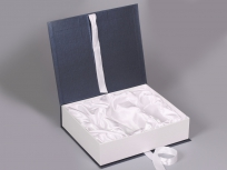 <p><strong><em>Материал:</em></strong><em>картон, дизайнерска бумага сирио (синий 1152/белоснежно белый 1102)</em></p> <p><em><strong>Технология:</strong>вырубка картона, сборка, каширование бумагой нанесение шелкография</em></p> <p><em><strong>Размер, мм.:</strong>350 х 300 х 90</em></p> <p><em><strong>Примерная стоимость, руб.:</strong></em></p> <p><em>539 - без ложемента, с внутренней оклейкой</em></p> <p><em>732 - с ложементом</em></p> <p><em>актуальность цен уточняйте у менеджеров компании</em></p>