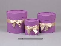 """<p><em><strong>Материал:</strong></em><em>картон, дизайнерская бумага имитлин (фиолетовый 024)</em></p> <p><strong><em>Технология:</em></strong><em>вырубка картона, каширование бумагой, сборка</em></p> <p><strong><em>Размер, мм.:</em></strong><em>d100 h100, d130 h130, d150 h150</em></p> <p><strong><em>Примерная стоимость, руб.:</em></strong><em>от 207, 225, 242 (с крышкой и бантом)</em></p> <p><em>актуальность цен уточняйте у менеджеров компании</em></p> <p><em><em><em><em><em><em><em><em><em><em><strong><em><em>БЛАНК ЗАКАЗА И ЦЕНЫ<a href=""""http://estetis.ru/files/doc/Blank_zakaza.xlsx"""" target=""""_blank"""">СКАЧАТЬ</a></em></em></strong></em></em></em></em></em></em></em></em></em></em></p> <p></p>"""