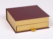 <p><strong><em>Материал:</em></strong><em>картон, дизайнерская бумага эфалин, маджестик</em></p> <p><em><strong>Технология:</strong>вырубка картона, сборка, каширование бумагой,</em></p> <p><em><strong>Размер, мм.:</strong>184 х 184 h65 мм</em></p> <p><em><strong>Примерная стоимость, руб.:</strong></em><em><em><em><em><em><em><em><em>от<em><em><em><em><strong>827</strong>(без нанесений и ручек)</em></em></em></em></em></em></em></em></em></em></em></em></p> <p><em><em><em><em><em><em><em><em><em><em><em><em><em><em><em><em><em><em><em><em><em><em><em><em>цена указана за одну коробку, при партиях от 100 штук цена меньше, уточняйте у менеджеров</em></em></em></em></em></em></em></em></em></em></em></em></em></em></em></em></em></em></em></em></em></em></em></em></p>