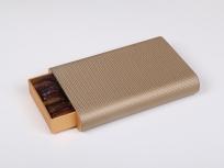 <p><strong><em>Материал:</em></strong><em>картон, дизайнерская бумага</em></p> <p><em><strong>Технология:</strong>вырубка картона, сборка, каширование бумагой</em></p> <p><em><strong>Размер, мм.:</strong>240 х 115 h35 мм (размер ящичка)</em></p> <p><em><strong>Примерная стоимость, руб.:</strong></em><em><em><em><em><em><em><em><em>от<em><em><em><em>уточняется<br /></em></em></em></em></em></em></em></em></em></em></em></em></p> <p><em>цена указана за одну коробку, при партиях от 100 штук цена меньше, уточняйте у менеджеров</em></p>