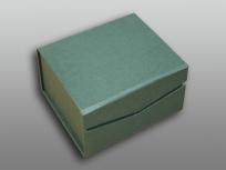 <p><strong><em>Материал:&nbsp;</em></strong><em>картон, дизайнерска бумага</em></p> <p><em><strong>Технология:</strong>&nbsp;вырубка картона, сборка, каширование бумагой</em></p> <p><em><strong>Размер, мм.:</strong>&nbsp;170х140х60</em></p> <p><em><strong>Актуальность цен уточняйте у менеджеров компании.</strong></em></p> <p>&nbsp;</p>
