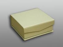 <p><strong><em>Материал:&nbsp;</em></strong><em>картон, дизайнерска бумага, изолон, атлас</em></p> <p><em><strong>Технология:</strong>&nbsp;вырубка картона, сборка, каширование бумагой, оформление ложемента под изделие атласом</em></p> <p><em><strong>Размер, мм.:</strong>&nbsp;100х100х35</em></p> <p><em><strong>Актуальность цен уточняйте у менеджеров компании.</strong></em></p> <p>&nbsp;</p>