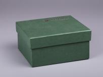 <p><strong><em>Материал:&nbsp;</em></strong><em>картон, дизайнерска бумага имитлин (зеленый 0018), изолон, атлас</em></p> <p><em><strong>Технология:</strong>&nbsp;ручная резка картона, сборка, каширование бумагой, оформление ложемента под изделие атласом</em></p> <p><em><strong>Размер, мм.:</strong>&nbsp;240х150х100</em></p> <p><em><strong>Актуальность цен уточняйте у менеджеров компании.</strong></em></p> <p>&nbsp;</p>