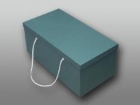 <p><strong><em>Материал:&nbsp;</em></strong><em>картон, дизайнерска бумага, &nbsp;металлические люверсы, шнур</em></p> <p><em><strong>Технология:</strong>&nbsp;вырубка картона, сборка, каширование бумагой.</em></p> <p><em><strong>Размер, мм.:&nbsp;</strong>500х300х200<br /></em></p> <p><em><strong>Актуальность цен уточняйте у менеджеров компании.</strong></em></p> <p>&nbsp;</p>