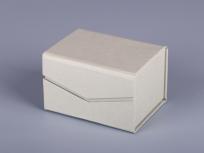<p><strong><em>Материал:&nbsp;</em></strong><em>картон, дизайнерска бумага</em></p> <p><em><strong>Технология:</strong>&nbsp;вырубка картона, сборка, каширование бумагой</em></p> <p><em><strong>Размер, мм.:</strong>&nbsp;100х80х60</em></p> <p><em><strong>Актуальность цен уточняйте у менеджеров компании.</strong></em></p> <p>&nbsp;</p>