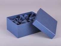 <p><strong><em>Материал:&nbsp;</em></strong><em>картон, дизайнерска бумага, изолон, атлас</em></p> <p><em><strong>Технология:</strong>&nbsp;вырубка картона, сборка, каширование бумагой, оформление ложемента под изделие атласом</em></p> <p><em><strong>Размер, мм.:</strong>&nbsp;200х160х90</em></p> <p><em><strong>Актуальность цен уточняйте у менеджеров компании.</strong></em></p> <p>&nbsp;</p>