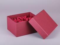 <p><strong><em>Материал:&nbsp;</em></strong><em>картон, дизайнерска бумага (имитлин 0013), изолон, атлас</em></p> <p><em><strong>Технология:</strong>&nbsp;вырубка картона, сборка, каширование бумагой, оформление ложемента под изделие атласом</em></p> <p><em><strong>Размер, мм.:</strong>&nbsp;240х180х130</em></p> <p><em><strong>Актуальность цен уточняйте у менеджеров компании.</strong></em></p> <p>&nbsp;</p>