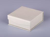 <p><strong><em>Материал:&nbsp;</em></strong><em>картон, дизайнерска бумага</em></p> <p><em><strong>Технология:</strong>&nbsp;ручная резка картона, сборка, каширование бумагой</em></p> <p><em><strong>Размер, мм.:</strong>&nbsp;100х100х35</em></p> <p><em><strong>Актуальность цен уточняйте у менеджеров компании.</strong></em></p> <p>&nbsp;</p>