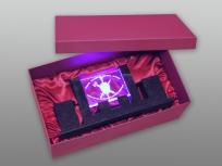 <p><strong><em>Материал:&nbsp;</em></strong><em>картон, дизайнерска бумага, изолон, атлас</em></p> <p><em><strong>Технология:</strong> ручная резка картона, сборка, каширование бумагой, оформление ложемента под изделие атласом</em></p> <p><em><strong>Размер, мм.:&nbsp;</strong>445х210х145<br /></em></p> <p><em><strong>Актуальность цен уточняйте у менеджеров компании.</strong></em></p> <p>&nbsp;</p>