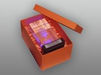 <p><strong><em>Материал:&nbsp;</em></strong><em>картон, дизайнерска бумага, изолон, атлас</em></p><p><em><strong>Технология:</strong>&nbsp;вырубка картона, сборка, каширование бумагой, оформление ложемента под изделие атласом</em></p><p><em><strong>Размер, мм.:&nbsp;</strong>230х170х130<br /></em></p><p><em><strong>Актуальность цен уточняйте у менеджеров компании.</strong></em></p><p>&nbsp;</p>