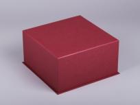 <p><strong><em>Материал:&nbsp;</em></strong><em>картон, дизайнерска бумага, изолон, атлас</em></p> <p><em><strong>Технология:</strong>&nbsp;ручная резка картона, сборка, каширование бумагой, оформление ложемента под изделие атласом</em></p> <p><em><strong>Размер, мм.:&nbsp;</strong>200х200х80<br /></em></p> <p><em><strong>Актуальность цен уточняйте у менеджеров компании.</strong></em></p> <p>&nbsp;</p>