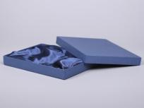 <p><strong><em>Материал:&nbsp;</em></strong><em>картон, дизайнерска бумага, изолон, атлас</em></p> <p><em><strong>Технология:</strong> вырубка картона, сборка, каширование бумагой, оформление ложемента под изделие атласом</em></p> <p><em><strong>Размер, мм.: </strong>280х210х35<br /></em></p> <p><em><strong>Актуальность цен уточняйте у менеджеров компании.</strong></em></p> <p>&nbsp;</p>