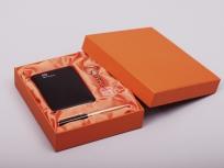 <p><strong><em>Материал:&nbsp;</em></strong><em>картон, дизайнерска бумага, изолон, атлас</em></p> <p><em><strong>Технология:</strong> вырубка картона, сборка, каширование бумагой, оформление ложемента под изделие атласом</em></p> <p><em><strong>Размер, мм.: </strong>190х160х40<br /></em></p> <p><em><strong>Актуальность цен уточняйте у менеджеров компании.</strong></em></p> <p>&nbsp;</p>