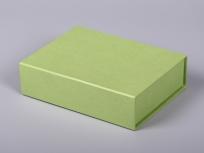 <p><strong><em>Материал:&nbsp;</em></strong><em>картон, дизайнерска бумага эфалин (зеленое яблоко 152), изолон, атлас</em></p> <p><em><strong>Технология:</strong>&nbsp;вырубка картона, сборка, каширование бумагой, оформление ложемента под изделие атласом</em></p> <p><em><strong>Размер, мм.:</strong>&nbsp;180х100х50</em></p> <p><em><strong>Актуальность цен уточняйте у менеджеров компании.</strong></em></p> <p>&nbsp;</p>