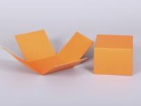 <p><strong><em>Материал:&nbsp;</em></strong><em>картон, дизайнерска бумага эфалин (оранжевый 151)</em></p> <p><em><strong>Технология:</strong>&nbsp;вырубка картона, сборка, каширование бумагой</em></p> <p><em><strong>Размер, мм.:</strong>&nbsp;120х120х120</em></p> <p><em><strong>Актуальность цен уточняйте у менеджеров компании.</strong></em></p> <p>&nbsp;</p>
