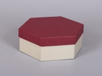 <p><strong><em>Материал:&nbsp;</em></strong><em>картон, дизайнерская бумага имитлин (бордовый 0014, слоновая кость 0004)</em></p> <p><em><strong>Технология:</strong>&nbsp;вырубка картона, сборка, каширование бумагой</em></p> <p><em><strong>Размер, мм.:</strong>&nbsp;230 х 200 х 80</em></p> <p><em><strong>Актуальность цен уточняйте у менеджеров компании.</strong></em></p> <p>&nbsp;</p>