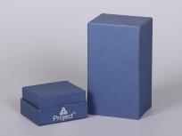 <p><strong><em>Материал:&nbsp;</em></strong><em>картон, дизайнерска бумага имитлин (синий 0011)</em></p> <p><em><strong>Технология:</strong>&nbsp;вырубка картона, сборка, каширование бумагой, нанесение шелкография</em></p> <p><em><strong>Размер, мм.:</strong>&nbsp;100 х 80 х 210</em></p> <p><em><strong>Актуальность цен уточняйте у менеджеров компании.</strong></em></p> <p>&nbsp;</p>