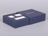 <p><strong><em>Материал:&nbsp;</em></strong><em>картон, дизайнерска бумага</em></p> <p><em><strong>Технология:</strong>&nbsp;вырубка картона, сборка, каширование бумагой, нанесение шелкография</em></p> <p><em><strong>Размер, мм.:</strong>&nbsp;165 х 165 х 55&nbsp;</em></p> <p><em><strong>Актуальность цен уточняйте у менеджеров компании.</strong></em></p> <p>&nbsp;</p>